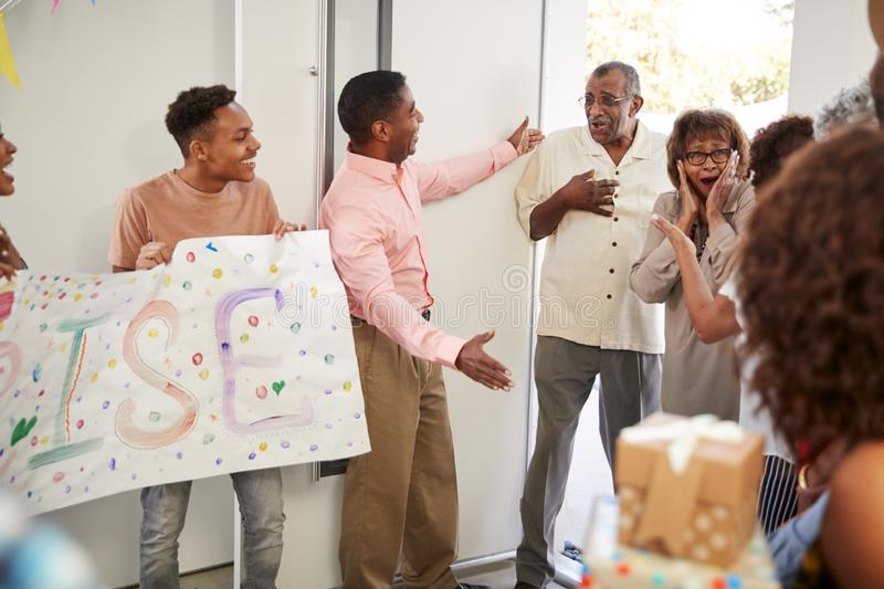 到家对家庭惊喜派对,选择聚焦的资深非裔美国人的夫妇 免版税库存照片
