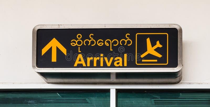 到来机场签到缅甸语和英语,曼德勒机场 免版税图库摄影