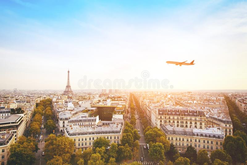 到法国,飞行在巴黎美好的全景都市风景的飞机旅行  免版税图库摄影