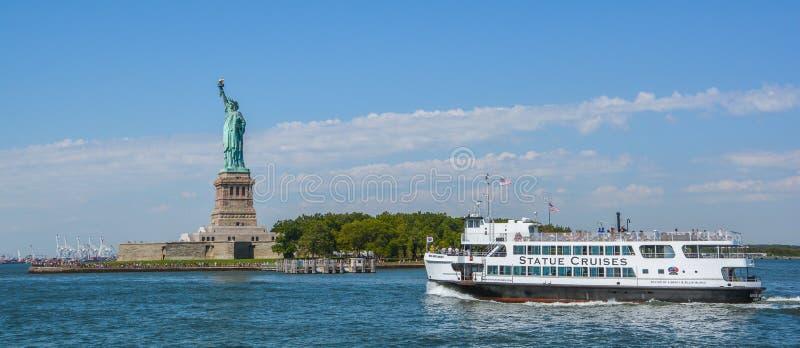 到自由女神像在一个晴天,纽约的小船旅行 库存图片