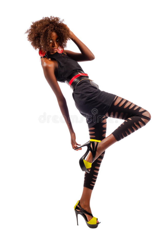 到达为她的脚跟的美丽的黑人妇女 免版税库存照片