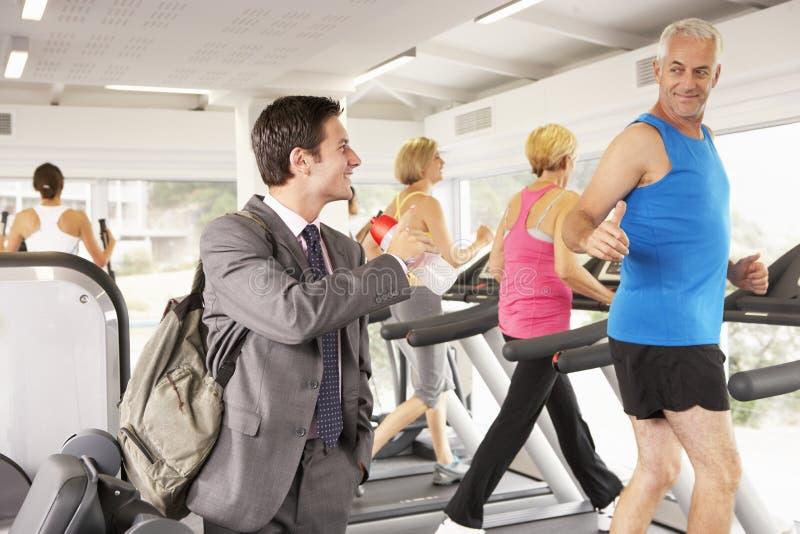 到达健身房的商人在工作以后 库存图片