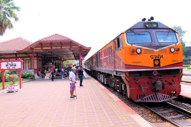 到达华欣火车站,泰国的火车 免版税库存照片