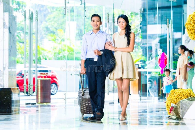 到达在旅馆的亚洲夫妇 库存图片