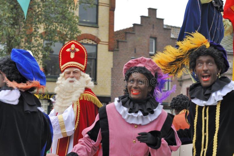 到达在他的有他的黑人帮手的(Zw汽船的Sinterklaas 免版税库存照片