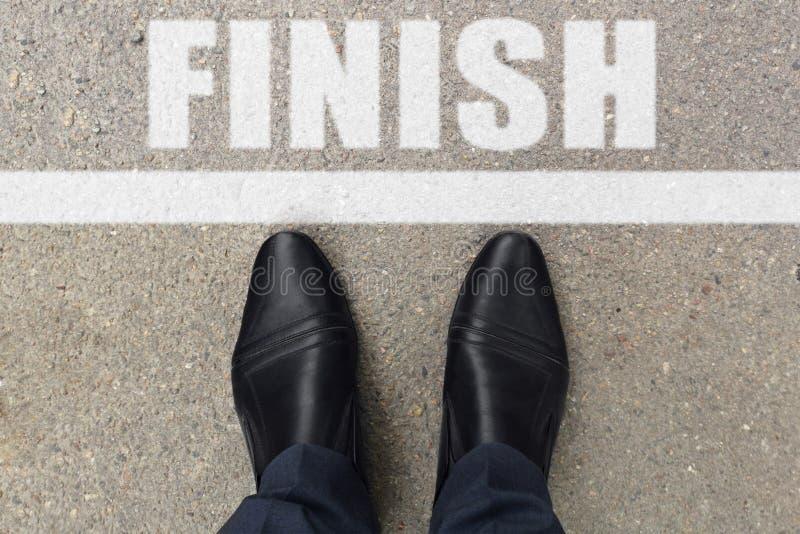到达天空的企业概念金黄回归键所有权 站立在有线的柏油路的鞋子顶视图和词完成  免版税库存图片