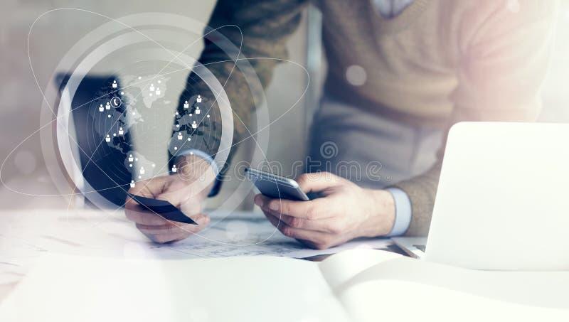 到达天空的企业概念金黄回归键所有权 举行手businesscard和做照片智能手机的商人 在桌上的建筑项目 免版税库存照片