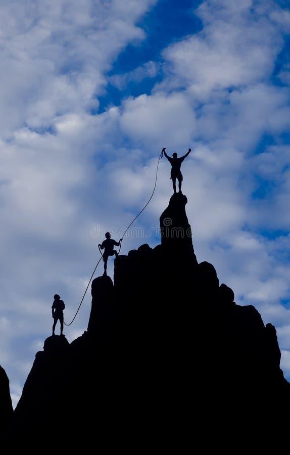 到达山顶小组的登山人 库存图片