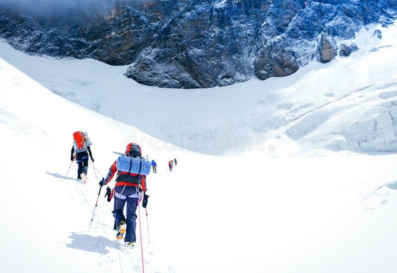 到达山顶的小组登山人 尼泊尔 库存照片