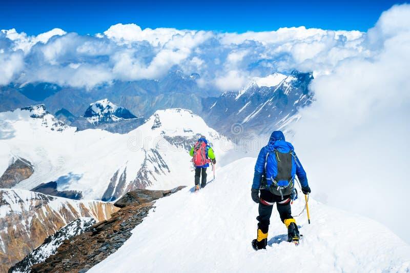 到达山顶的小组登山人 库存图片