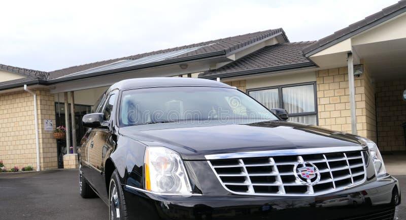 到达或离开葬礼的柩车 免版税库存图片