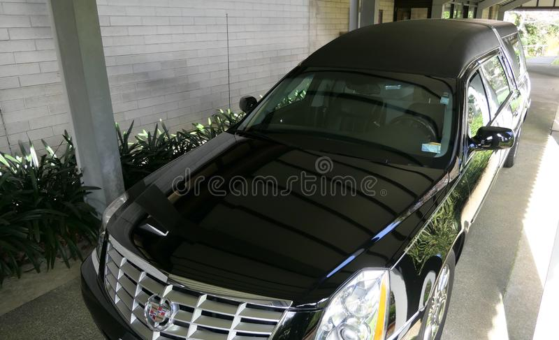 到达或离开葬礼的柩车 免版税图库摄影