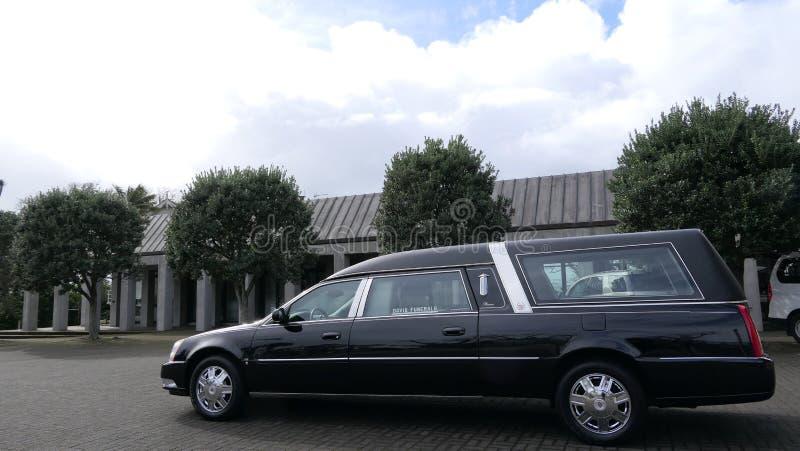 到达或离开葬礼的柩车 库存照片