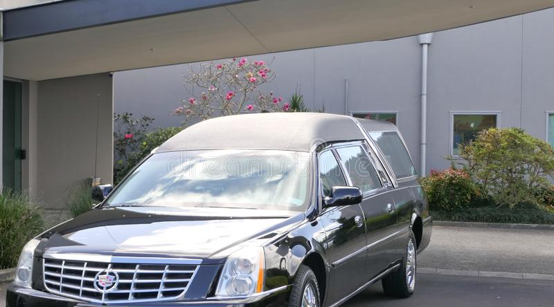 到达或离开葬礼的柩车 库存图片