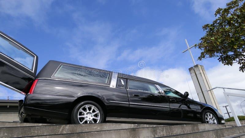 到达或离开葬礼的柩车 免版税库存照片