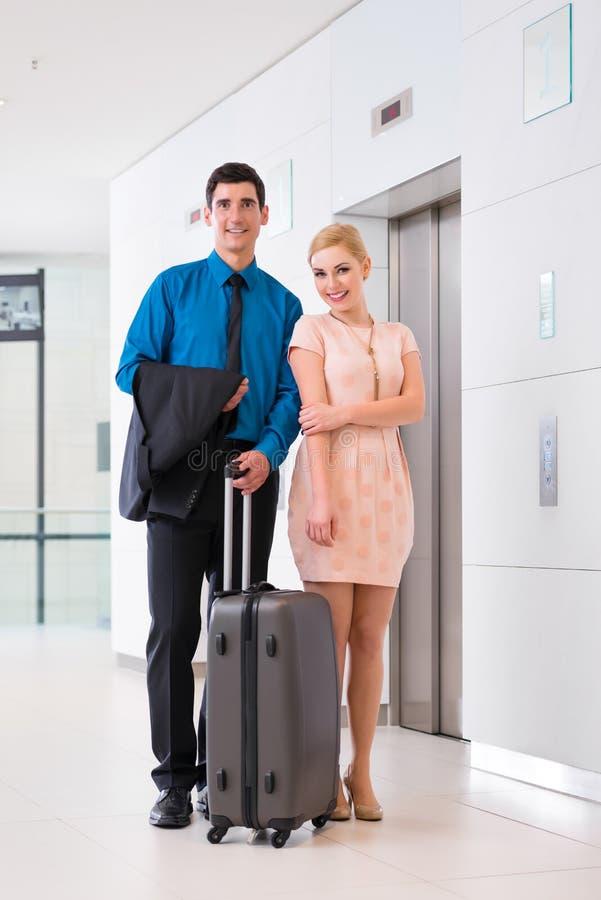 到达旅馆大厅的男人和妇女 免版税图库摄影