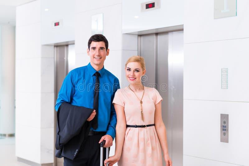 到达旅馆大厅的男人和妇女 图库摄影