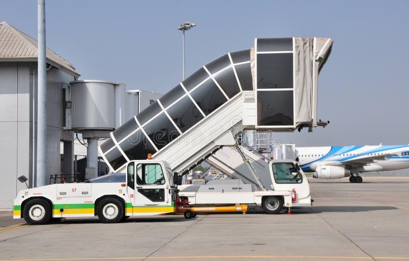 到达的被连接的桥梁等待的飞机 免版税库存照片