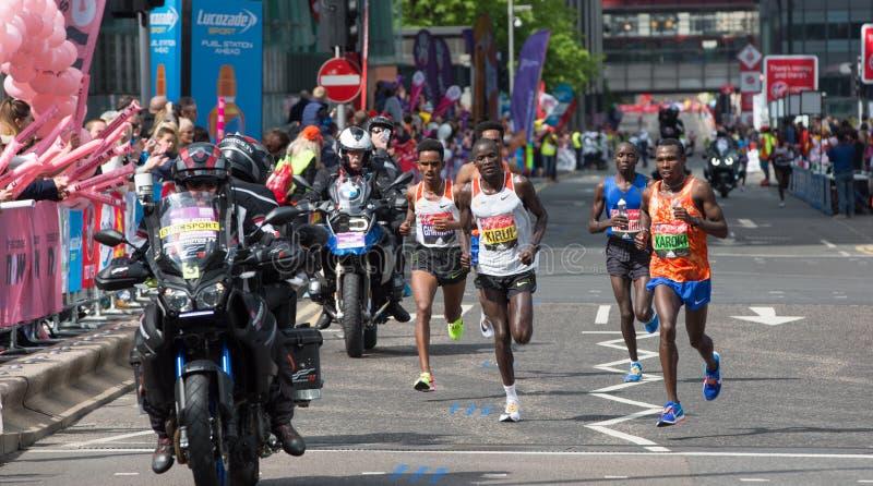 到达第一在金丝雀码头的专业短跑选手 伦敦英国 免版税库存照片