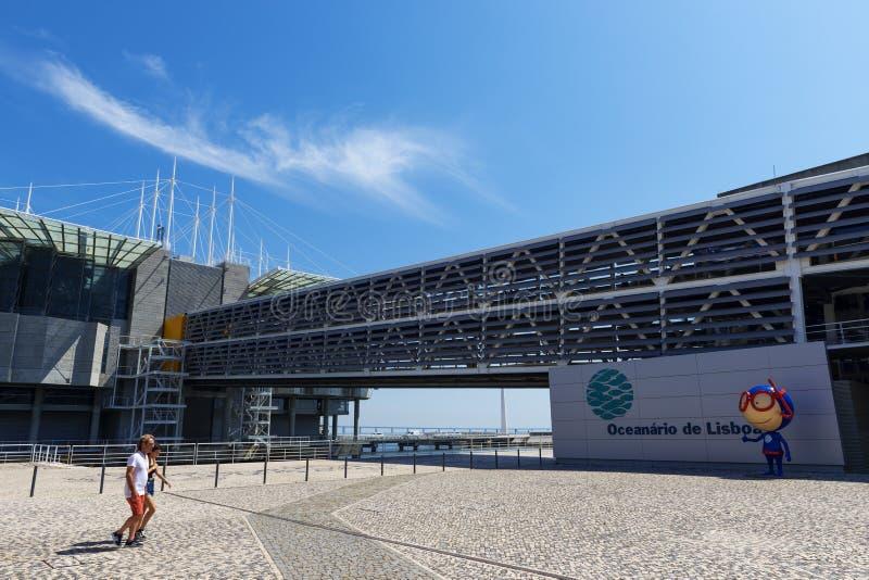 到达Oceanario de里斯本的游人夫妇国家在市里斯本停放Parque das Nações,在葡萄牙 免版税库存照片