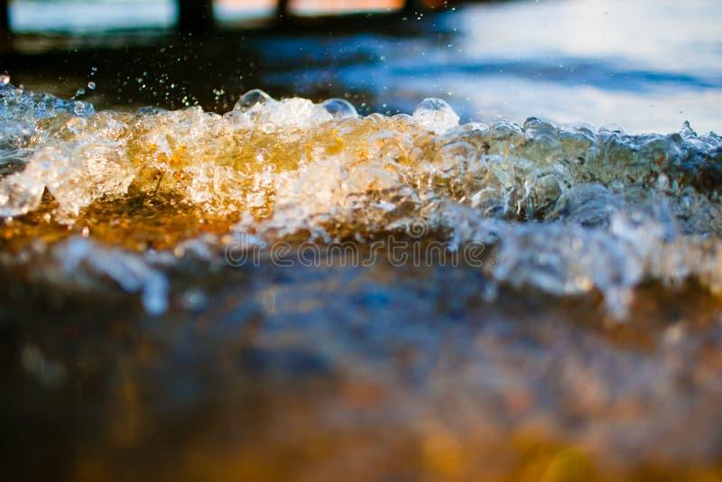 到达Pebble海滩宏指令的软的波浪 库存照片