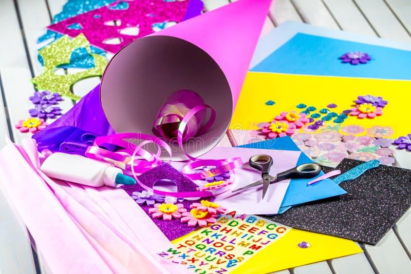 制作从纸的一个糖果锥体为第一天学校 免版税库存照片