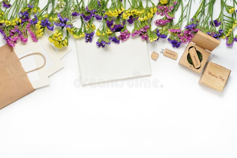 制作包装美好的白色婚礼photobook, Usb在手工制造木箱, CD的盘的闪光驱动的摄影 照片框架, weddi 免版税库存图片