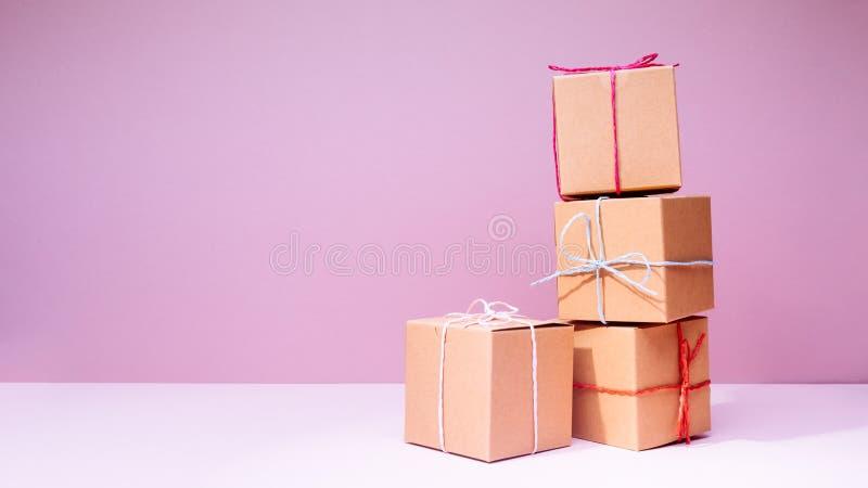 制作纸板在坚实桃红色背景的礼物盒 节假日 库存图片