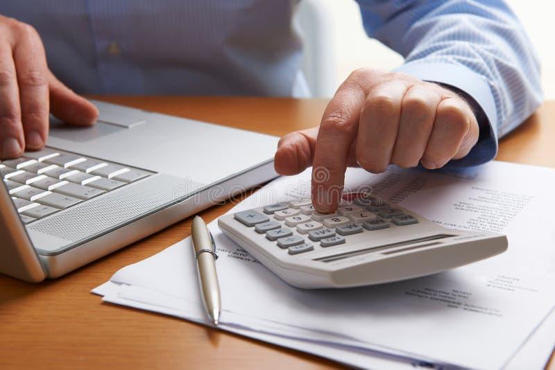 制定出家庭财务的人 免版税库存照片
