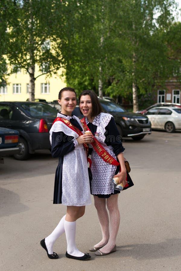 制服的俄国女小学生在毕业以后 库存图片