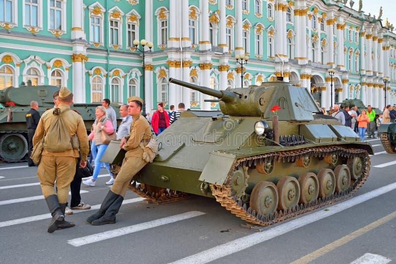 制服的战士在苏联轻型坦克T附近的第二次世界大战期间 库存照片