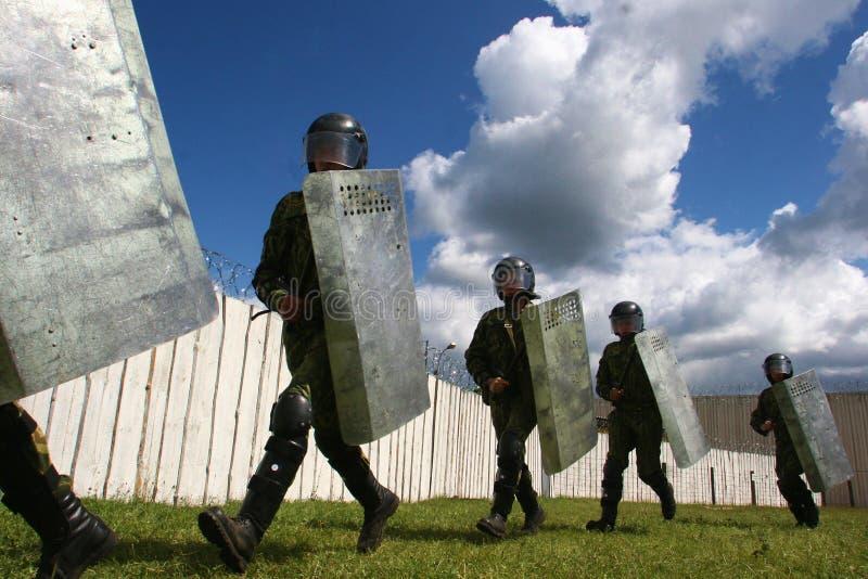 制服的战士有步枪站立的 库存照片