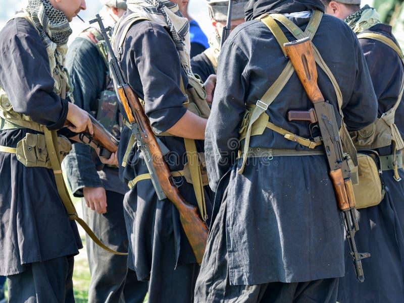 制服的战士有步枪站立的 免版税图库摄影