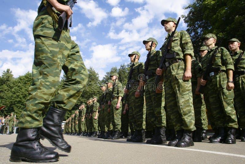 制服的战士有步枪说谎的 库存照片