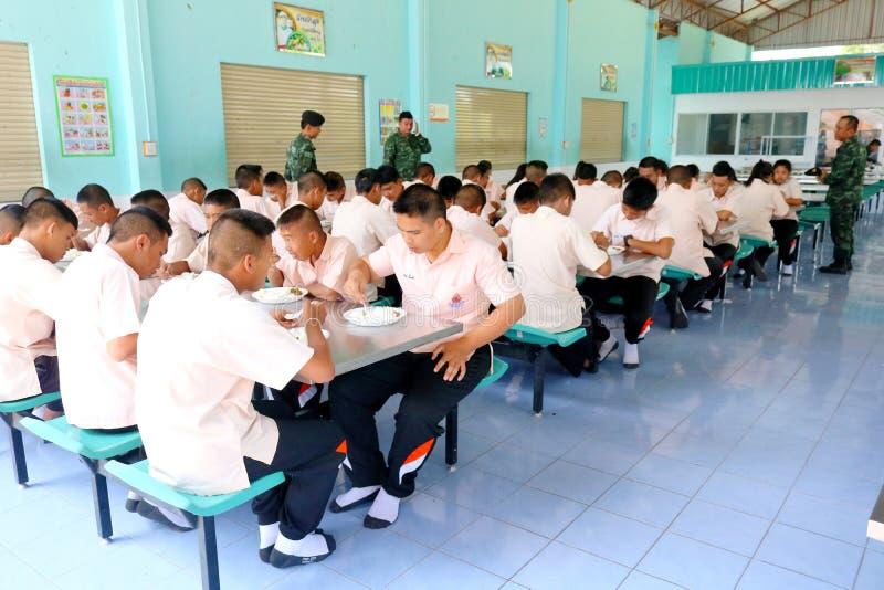 制服的泰国学生在cantee一起吃着午餐 免版税库存图片