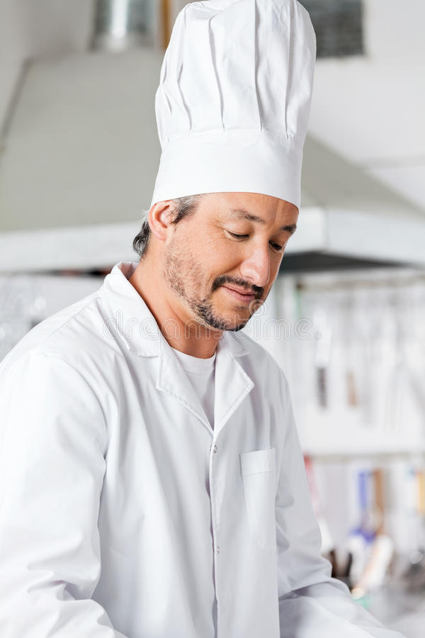 制服的男性厨师 免版税库存照片