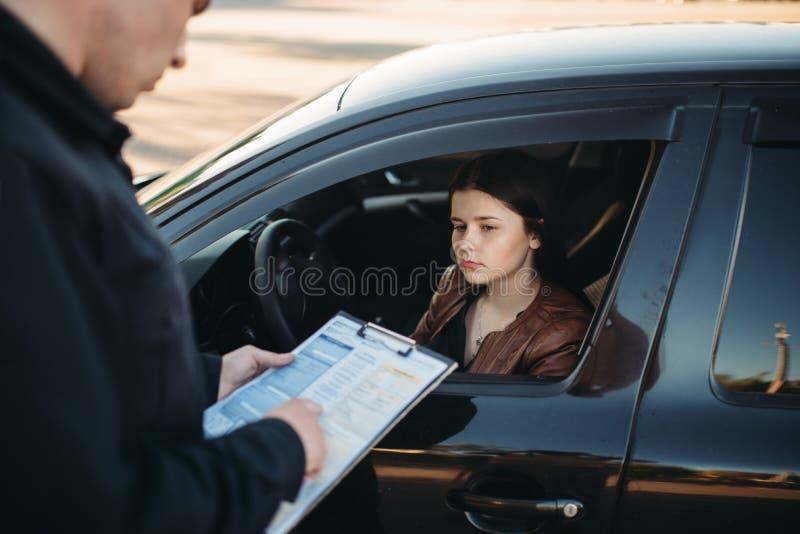 制服的警察给母司机优良写 库存照片