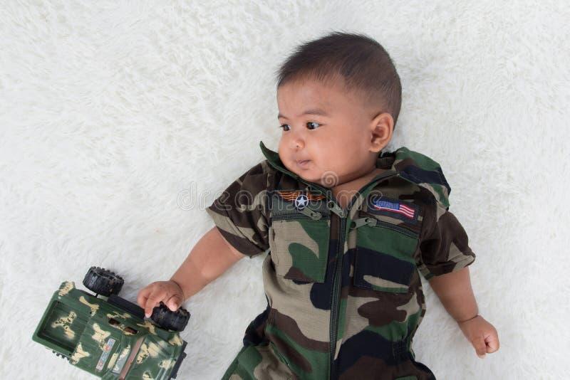 制服的逗人喜爱的矮小的小战士 免版税库存图片