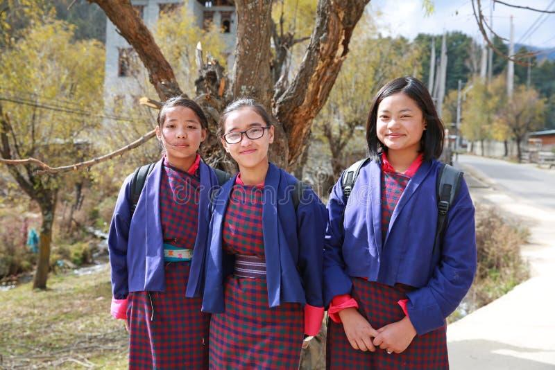制服的,不丹愉快的女学生 免版税库存图片