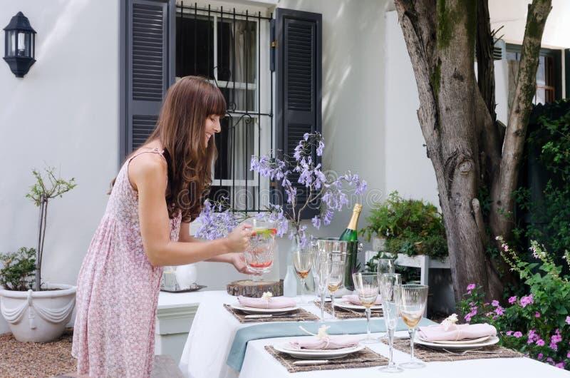 制表一个不拘形式的室外游园会的餐位餐具 免版税图库摄影