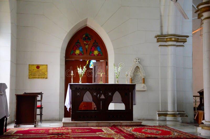 制表十字架并且开花仪式的法坛在圣约翰斯大教堂白沙瓦巴基斯坦里面 免版税库存图片