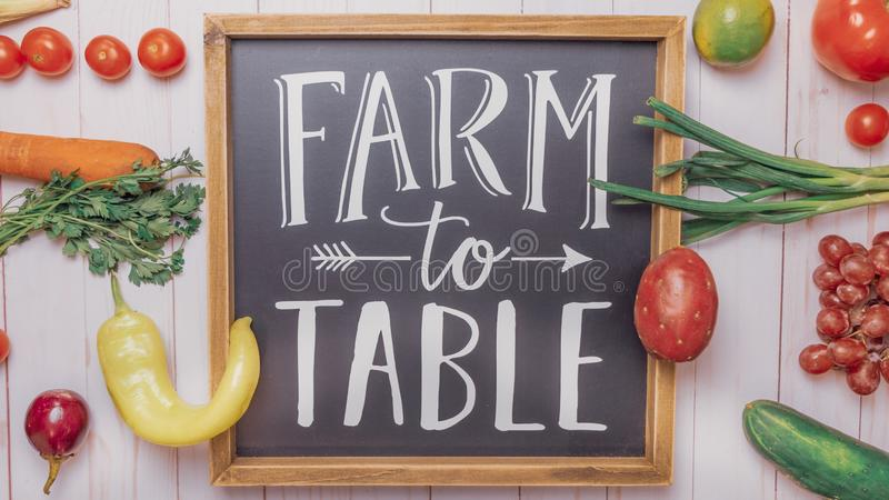 制表标志的农场用水果和蔬菜 库存图片