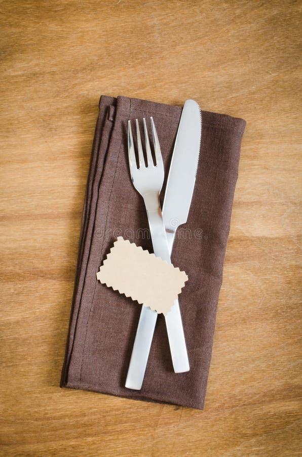 制表设置 与空标识符的银器在亚麻布餐巾 免版税库存图片