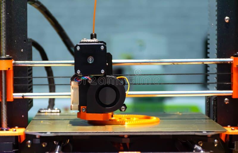 制造工业自动塑料生产机器形成 库存照片