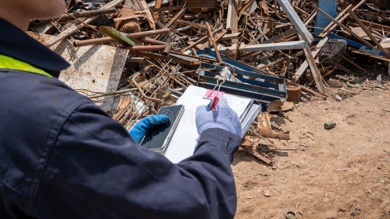 制造工作者检查被回收的塑料产品回收废物植物 免版税图库摄影