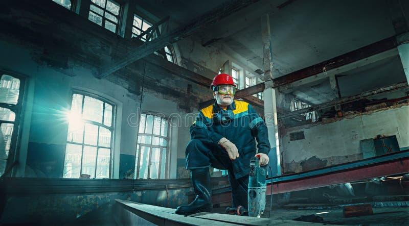 制造车间背景的画象资深焊工工作者 免版税图库摄影