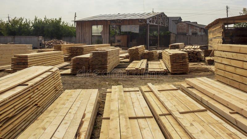 制造过程杉木板 免版税库存图片
