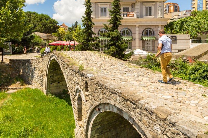 制革工人的桥梁或者Tabak桥梁,一座无背长椅石头曲拱桥梁在地拉纳,阿尔巴尼亚 库存图片