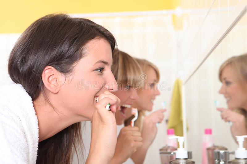 刷他们的牙的妇女 图库摄影