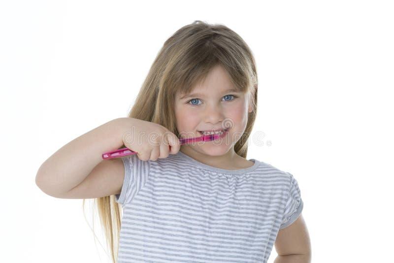 刷她的牙的小女孩 免版税库存照片